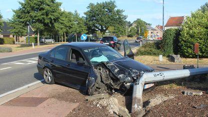 Auto knalt tegen verlichtingspaal