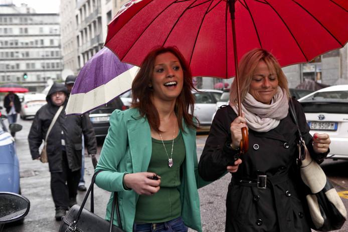 Model Imane Fadil (links) arriveert bij de rechtbank in Milaan om te getuigen over Berlusconi.