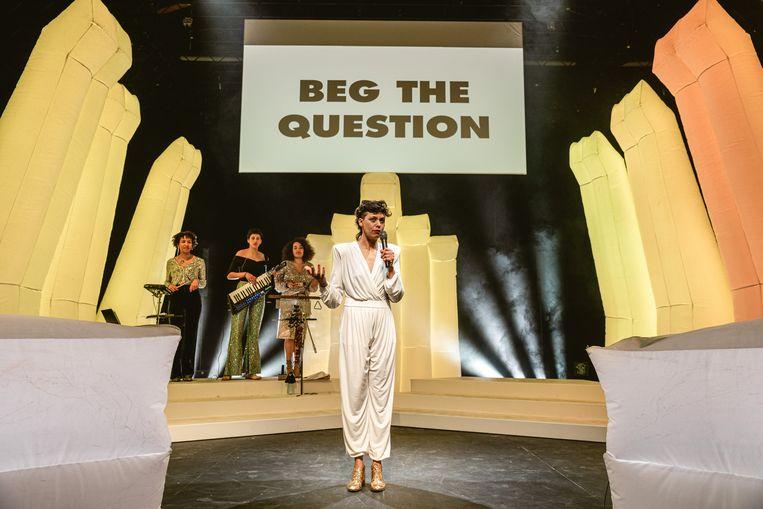 Luanda Casella focust tijdens haar voorstelling 'Killjoy Quiz' op impliciete boodschappen van geweld en discriminatie. Beeld Michiel Devijver