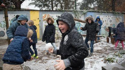De eerste sneeuw zorgt voor dolle pret op de speelplaats