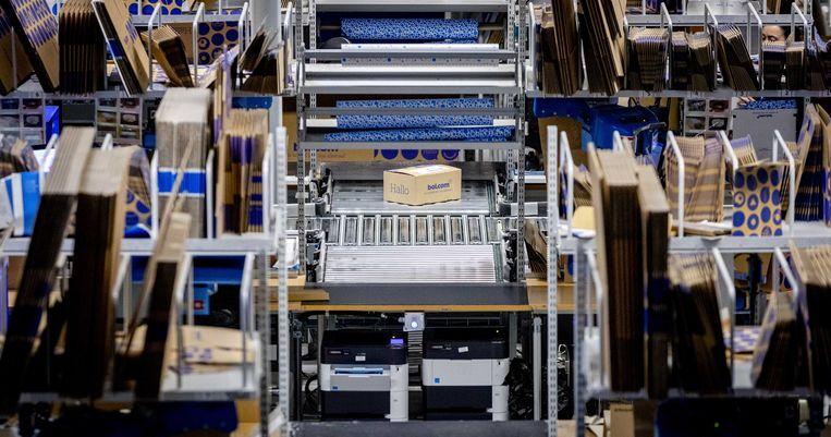 Pakketten worden voor verzending gesorteerd in het distributiecentrum van bol.com.  Beeld ANP