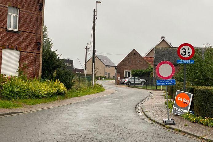 Voor de veiligheid van de zwakke weggebruikers is in de Koningsdries in Erondegem  enkel plaatselijk verkeer toegelaten.