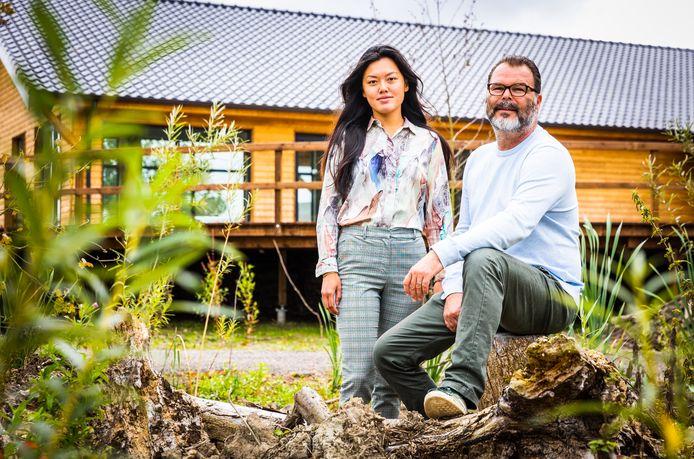 Lida Bouts en Remco de Jonge van natuurbegraafplaats Zomerlanden in Heinenoord.