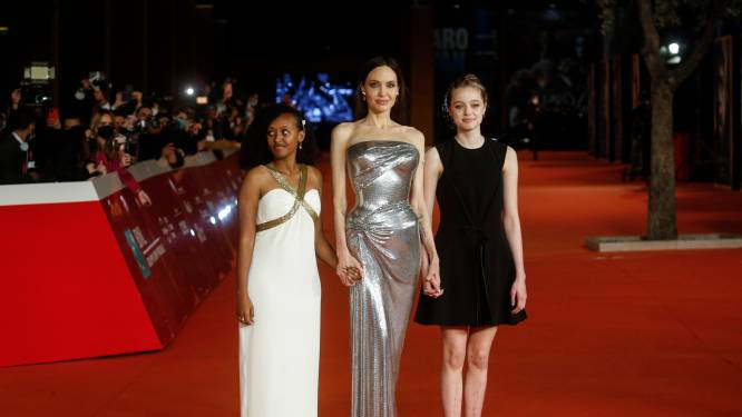 IN BEELD. Dochter van Angelina Jolie zoekt haar eigen pad: 15-jarige Shiloh draagt na jaren nog eens een jurk