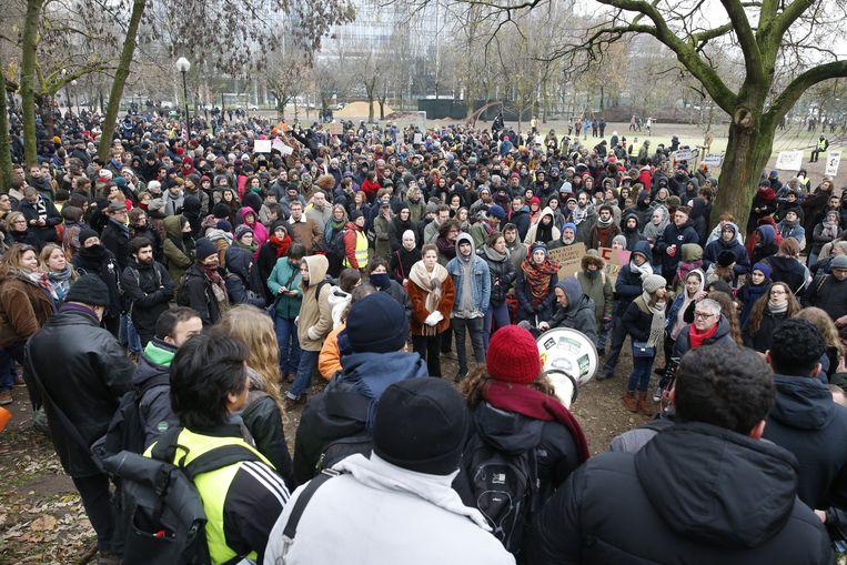 In het Maximiliaanpark vlakbij Brussel-Noord kwamen de tegenbetogers samen.