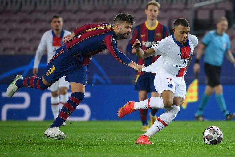 Mbappé is met de bal even snel als zonder, weet ook Barcelona-verdediger Gerard Piqué. Beeld AFP