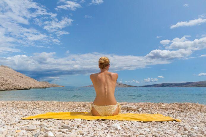 Les femmes françaises pratiquent de moins en moins le monokini.