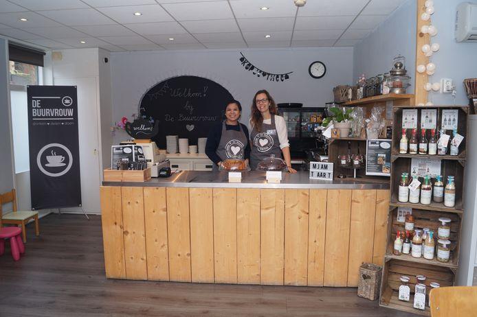 Nina Hamelink (L) en Barbara van der Bijl (R) runnen samen deelcafé De Buurvrouw waar ze eens per maand een Meet & Eat organiseren