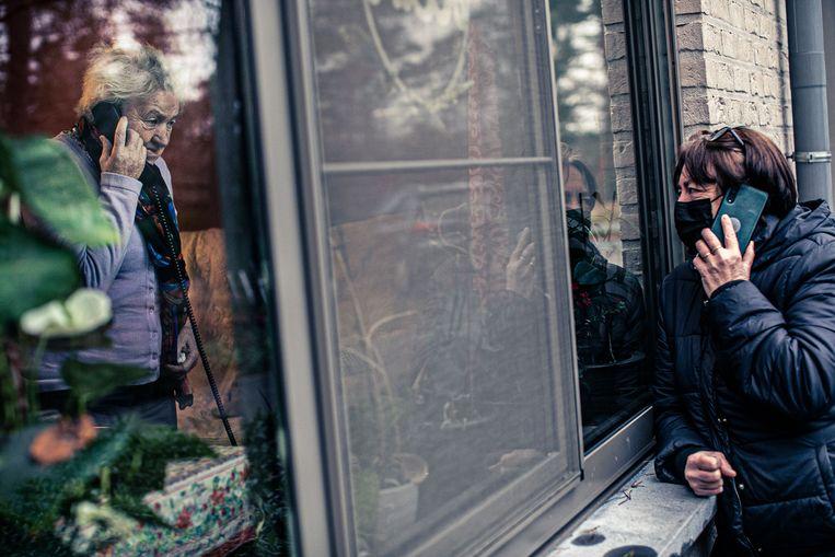 Sonia Vanbroekhoven belt met haar moeder in het wzc. Zij heeft klachten: 'Het personeel waar ik mee te maken krijg, gedraagt zich correct. Ik kan echt niet anders zeggen.' Beeld Bas Bogaerts
