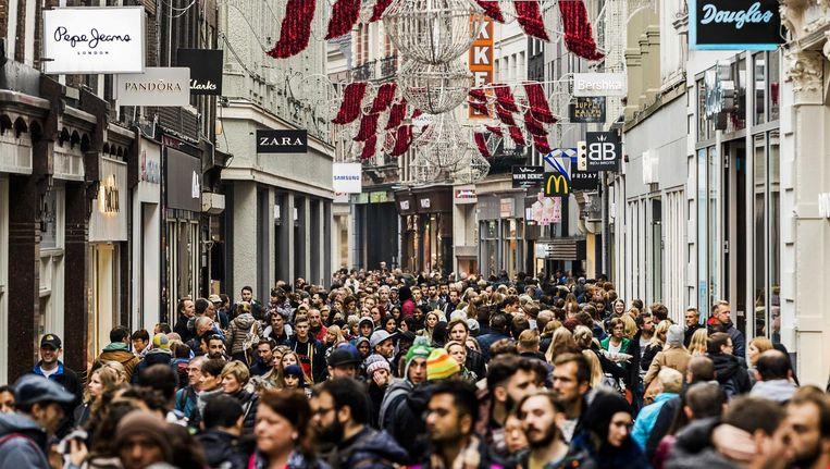 Winkelend publiek op de Kalverstraat in Amsterdam. Beeld ANP