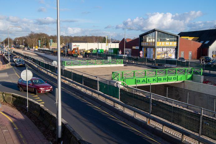 DS-2021-7872 BALKBRUG -  Groene brug.. Foto: De nieuwe onderdoorgang in Balkbrug krijgt een opvallend groene kleur. Daar zijn de meningen in het dorp over verdeeld. FFU PRESS AGENCY COPYRIGHT FRANK UIJLENBROEK