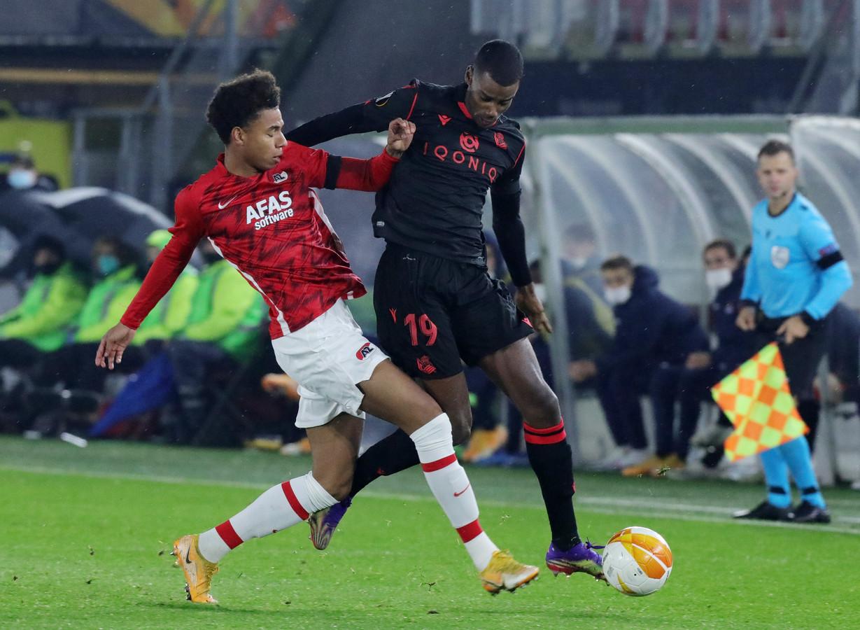Stengs (l) namens AZ in duel met Isak van Real Sociedad.