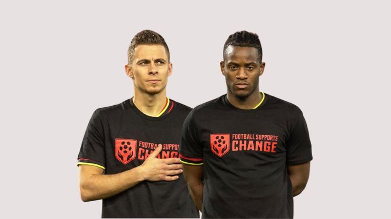 Thorgan Hazard en Michy Batshuayi met een 'Football supports change'-shirt, om een statement te maken voor mensenrechten. Beeld rv