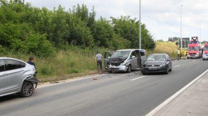 Automobilist gewond bij kop-staartbotsing in file aan rotonde