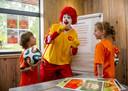 Anglosaksische bedrijven kennen al veel langer een liefdadigheidscultuur. Zo is daar al dertig jaar lang het Ronald McDonald kinderfonds van fastfoodgigant McDonalds. De stichting telt talloze huizen waarin ouders kunnen overnachten bij het ziekenhuis waar hun kind wordt behandeld.