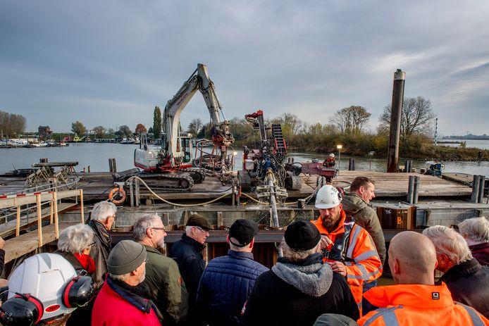 Een rondleiding voor inwoners Tiel bij de werkzaamheden aan de Waalkade, eind 2019.