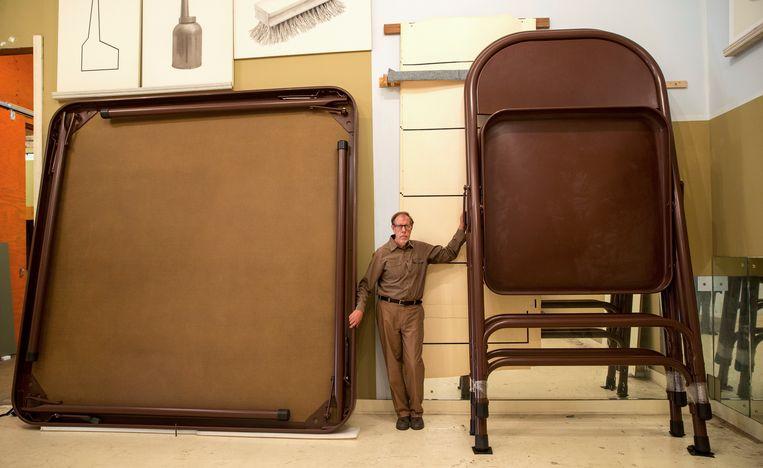 Robert Therrien te midden van zijn werk in zijn studio in Los Angeles, 2013. Beeld null