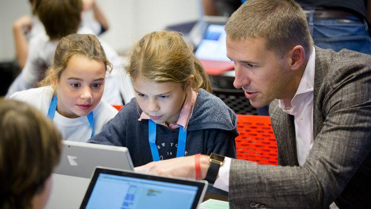 Bart de liefde tijdens workshop programmeren voor basischolieren Beeld ANP