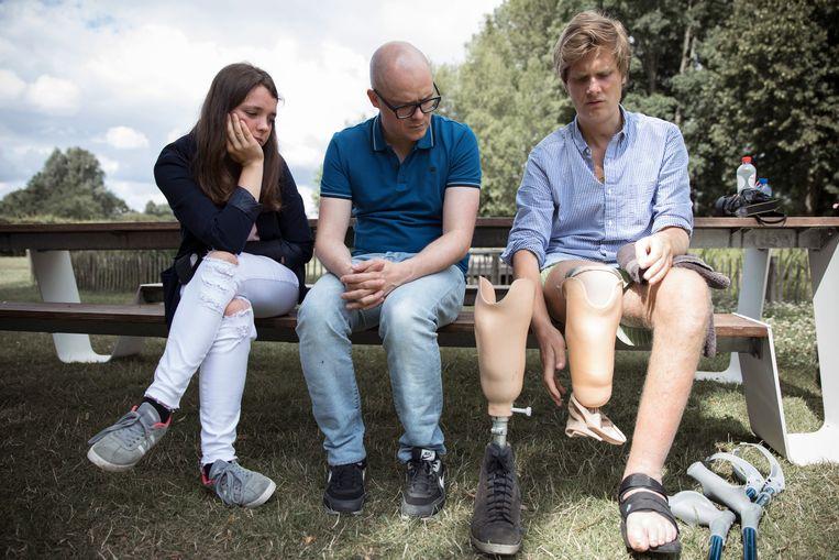 Manon (20) en Thibaut (30) bij Philippe Geubels in de eerste aflevering van 'Taboe'. Beeld VRT - Sofie Gheysens