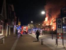 Grote uitslaande brand boven viszaak in centrum van Ermelo