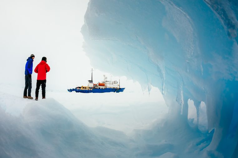 In this Tuesday, Dec. 31, 2013 image provided by Australasian Antarctic Expedition/Footloose Fotography, passengers from the Russian ship MV Akademik Shokalskiy trapped in the ice 1,500 nautical miles south of Hobart, Australia, walk around the ice. Passengers on board a research ship that has been trapped in Antarctic ice for a week are expected to be rescued by helicopter, after three icebreakers failed to reach the paralyzed vessel, officials said Tuesday.  (AP Photo/Australasian Antarctic Expedition/Footloose Fotography, Andrew Peacock) EDITORIAL USE ONLY Beeld null