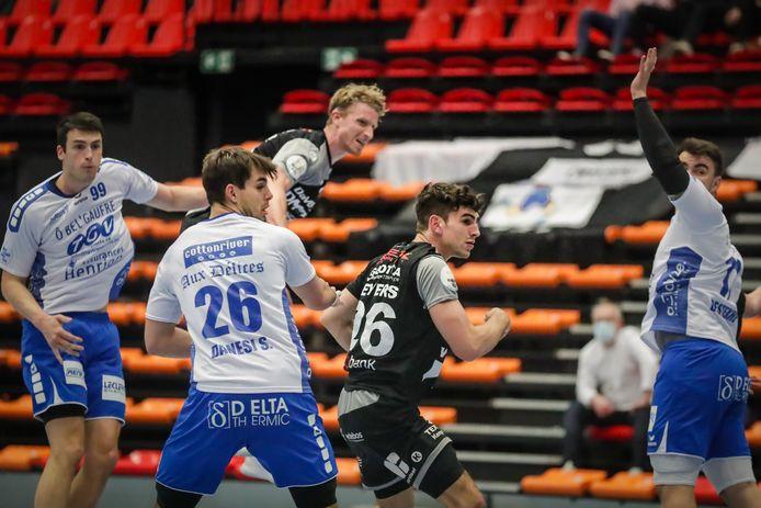 Glenn Gevers (HC Tongeren) kijkt toe hoe Florian Glesner uithaalt tegen Visé.