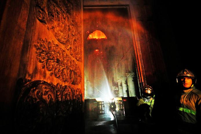 Robot Colossus probeert in het gangpad de temperatuur in de Notre-Dame naar beneden te krijgen