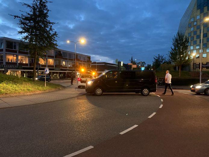 Zo zag de situatie op de rotonde in Hardenberg er na afloop uit. De auto's op de foto waren niet direct betrokken bij het ongeval.