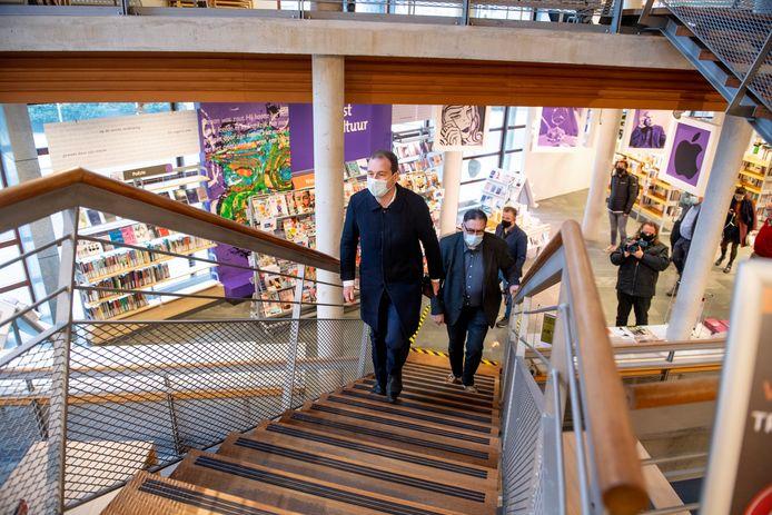 Lodewijk Asscher bestijgt de trappen van de bibliotheek in Almelo. In zijn kielzog directeur Gert-jan Sweeb
