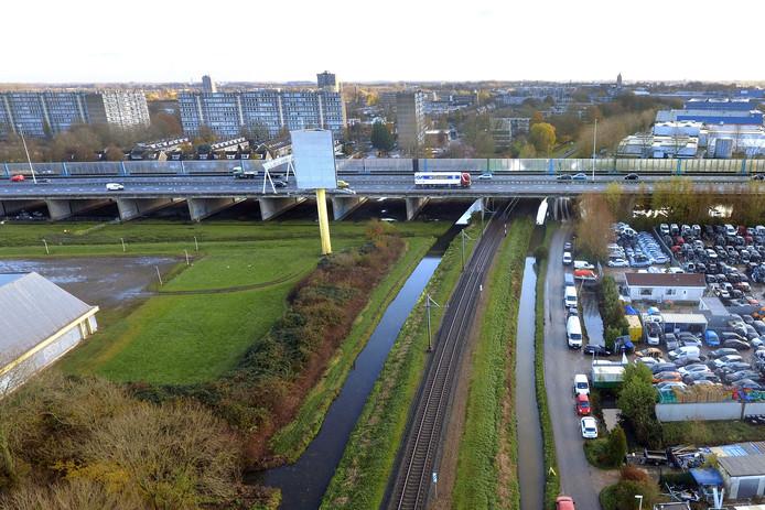 Volgens de schets komt station Gorinchem West onder de A27, ter hoogte van de Parallelweg (rechts) te liggen. Links ligt de bowlinghal.