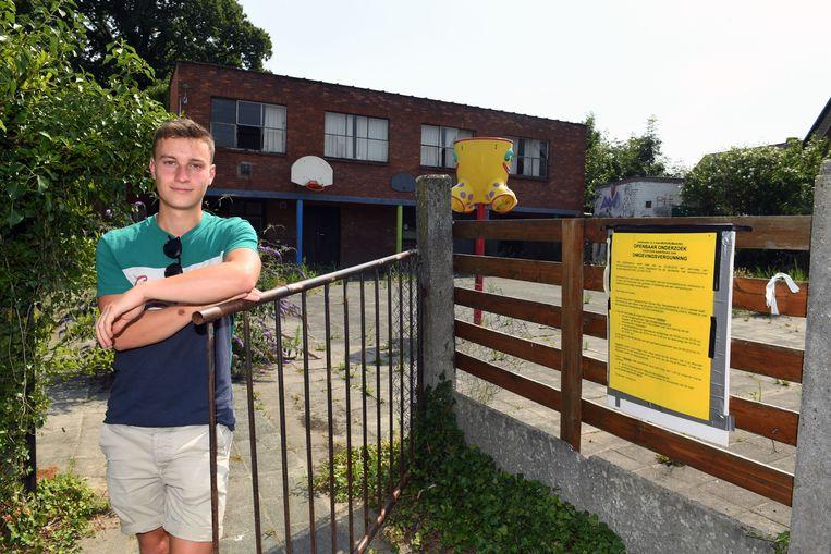 Quinten Wouters (22), hoofdleider van Scouts Sint-Maarten, bij de oude school op de site Savio.