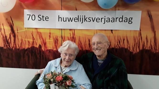 """Gabriella (101) en Oscar (94) vieren 70 jaar huwelijk op de corona-afdeling: """"Geen bezoek, maar een bloemetje mocht wel"""""""