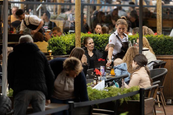Op de Markt in Eindhoven zitten de terrassen vol.