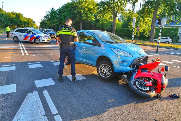 Een motorrijder is vanachter aangereden op de Eindhovenseweg in Waalre.