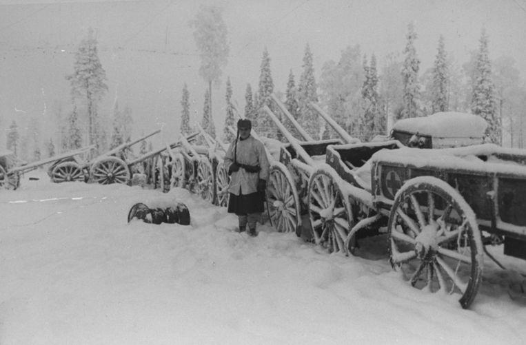 Een Finse soldaat bewaakt een rij van Russische voertuigen, overmeesterd tijdens de Fins-Russische Winteroorlog, circa 1940.   Beeld The LIFE Picture Collection