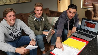 Studenten Universiteit Hasselt bestuderen schuilkelders