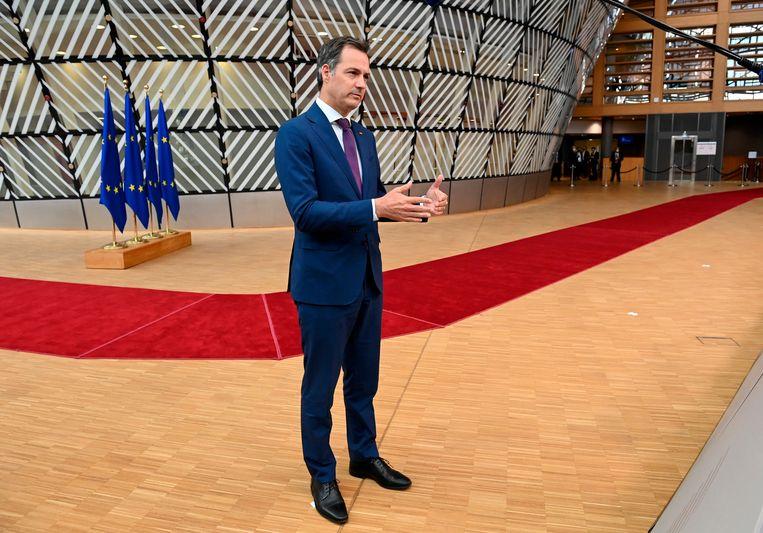 Alexander De Croo staat de pers te woord tijdens de EU-top. Beeld AP