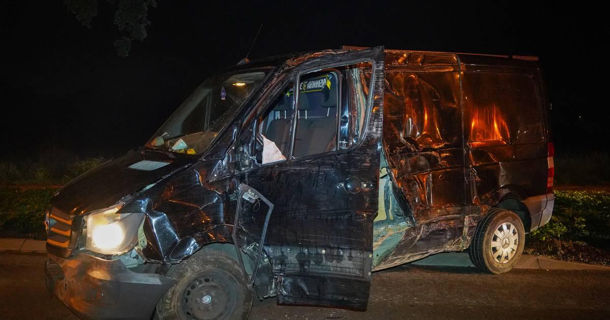 Fors ongeluk in Babberich: bestuurder onder invloed rijdt met hoge snelheid zijn bus total loss.