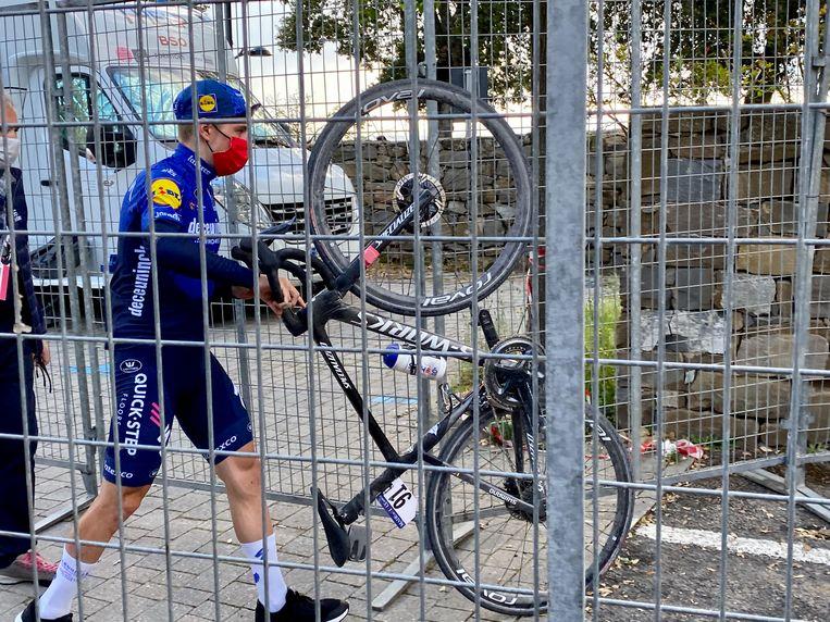 Remco Evenepoel gaat na afloop van de elfde etappe van de Giro naar de doping controle. Beeld BELGA