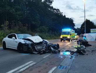 Nederlandse motoragent levensgevaarlijk gewond na aanrijding door Porsche voor ingang van zomerbar