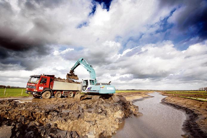 Werkzaamheden aan de Maurikse Wetering even oostelijk van Buren. De vraag is hoeveel werkzaamheden Waterschap Rivierenland nog kan bekostigen nu de schuld is opgelopen.