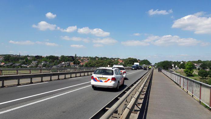 De politie ter plaatse op de Rijnbrug bij Rhenen
