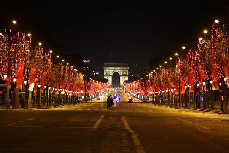 De Champs Elysee-laan tijdens oudejaarsavond. Er werd toen een avondklok van 20:00-6:00 uur ingevoerd. Beeld AFP