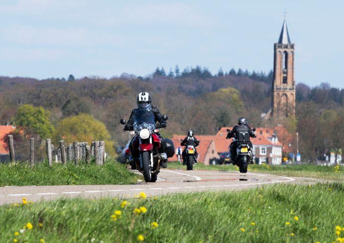 De Lekdijk bij Amerongen is erg populair bij motorrijders, maar omwonenden worden nu al gek van het geluid. De spanningen lopen hoog op, klagers werden zelfs bedreigd.