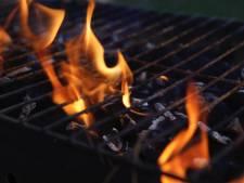 Barbecuekooltjes zetten kliko onder carport in brand in Bemmel