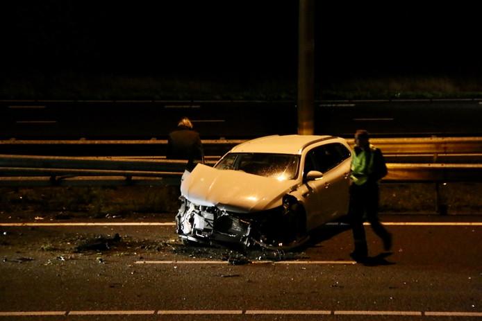 De auto tegen de vangrail op de A50.