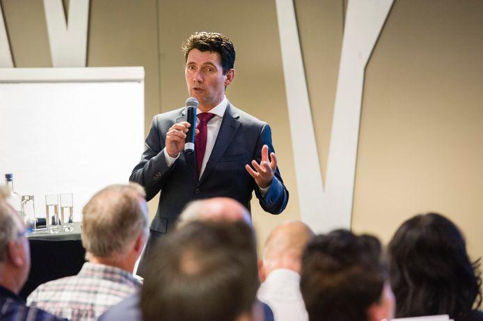Wethouder Eric Logister tijdens een informatiebijeenkomst in de Brabanthallen (2015).