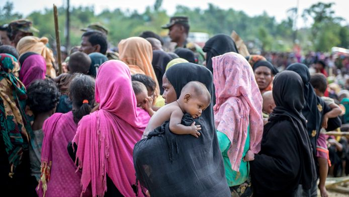Gevluchte Rohingya-vrouwen en kinderen in een kamp in Bangladesh.