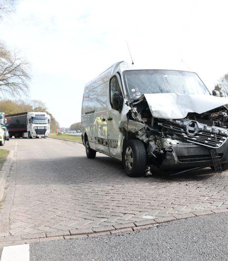 Bestelbus ramt voertuigen bij tankstation A28 vlak bij Wezep: meerdere gewonden