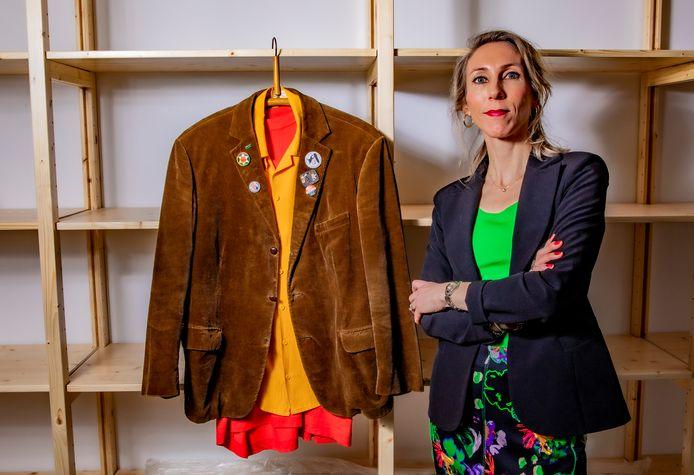 Wie de Universiteit van Harderwijk zegt, zegt professor Fetze Alsvanouds. Zijn bruine jas met buttons is straks te zien in Stadsmuseum Harderwijk. Conservator Sophie van Steenderen: ,,Net als de professor presenteren we onze collectie met een knipoog.''
